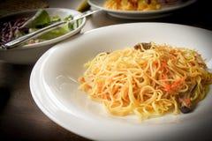 Лапша яичницы Stir с грибом и морковью стоковое фото rf