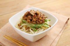 Лапша Udon с семенить говядиной и овощами в белом шаре на плате Стоковая Фотография