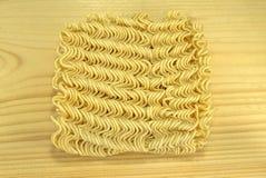 Лапши Азии немедленные на деревянной предпосылке Стоковое Изображение RF