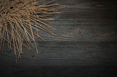 Лапши гречихи на темной таблице в большой части Стоковое Изображение RF