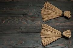Лапши гречихи на темной таблице Стоковые Фото