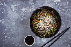 Лапши гречихи с мясом и овощами, азиатским вком на сером цвете Стоковое Фото