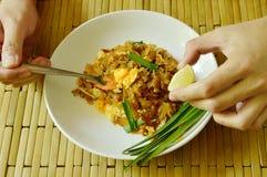 Лапши жареных рисов stir вилки черпая и известка лимона выжимкы Стоковое Фото
