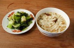 Лапши потехи Lai китайца и зажаренный обед bok choy простой Стоковое фото RF