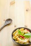 Лапши риса в соусе карри цыпленка с овощами Стоковые Изображения RF