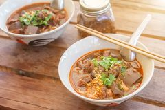 Лапши риса с пряным ngiao Nam соуса свинины суп лапши или карри кухни людей Tai Yai Стоковые Изображения