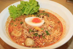 Лапши с горячим кислым супом и семенить свининой с яичком, тайским стилем Стоковые Изображения RF
