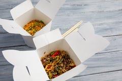 Лапши с овощами в коробке для экспорта на деревянном столе Стоковая Фотография