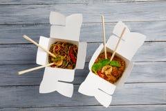 Лапши с овощами в коробке для экспорта на деревянном столе Стоковая Фотография RF