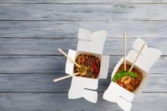 Лапши с овощами в коробке для экспорта на деревянном столе Стоковое Изображение RF