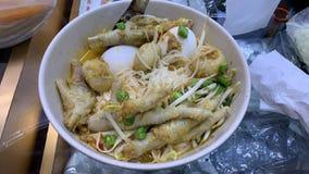 Лапши цыпленка с молоком кокоса одно блюдо, пряное, добавляют яйца и овощи стоковое изображение rf