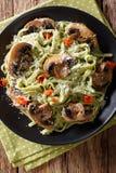Лапши шпината с грибами и концом-вверх сыр пармесана ver Стоковые Фотографии RF