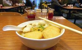 Лапши Fishball с солью, шейкером перца на деревянном столе Стоковые Изображения RF