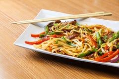 Лапши Udon с говядиной в азиатском ресторане Стоковые Изображения RF