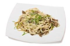 Лапши Udon с tenderloin и грибами говядины Стоковое Фото