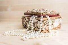 Ларец раковины с шариками жемчуга Стоковое Фото