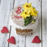 Ларец с праздником оформления 8-ого марта - желтые daffodils печений пряника, красные печенья сердец, бабочки, надпись внутри стоковое фото rf