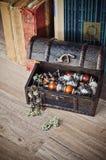 Ларец с ювелирными изделиями и старой книгой Стоковое Изображение
