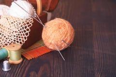 Ларец с needlework и бежевым пасмом потока Стоковое Изображение