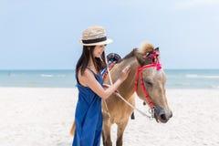 Ласка женщины на лошади стоковое изображение