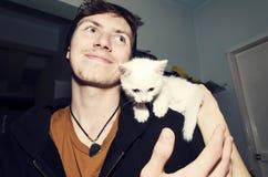Ласка приятельства влюбленности котенка мальчика милая стоковые фото