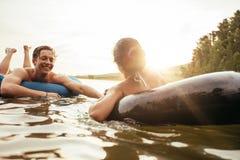 Ласковые молодые пары плавая на автомобильные камеры в озере Стоковые Фотографии RF