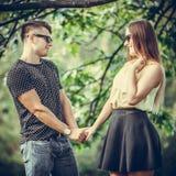 Ласковые пары в парке Стоковая Фотография RF