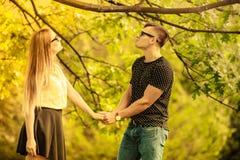 Ласковые пары в парке Стоковое Изображение