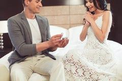 Ласковый парень делая предложение замужества к его подруге Стоковое Фото