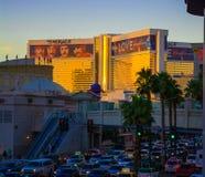 ЛАС-ВЕГАС НЕВАДА, США - ноябрь 2016: Гостиница и казино миража на заходе солнца с форумом на дворце ` s цезаря, Лас Вегас Блвд Стоковые Фото