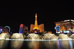 ЛАС-ВЕГАС, НЕВАДА, США - 22-ОЕ АПРЕЛЯ 2015: Взгляд ночи фонтанов танцев Bellagio и Эйфелева башни Стоковые Фото