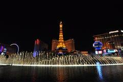 ЛАС-ВЕГАС, НЕВАДА, США - 22-ОЕ АПРЕЛЯ 2015: Взгляд ночи фонтанов танцев Bellagio и Эйфелева башни стоковая фотография