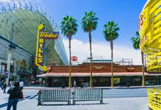 Лас-Вегас, Соединенные Штаты Америки - 7-ое мая 2016: Люди идя на улицу Fremont стоковые фото