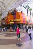Лас-Вегас, Соединенные Штаты Америки - 7-ое мая 2016: Люди идя на улицу Fremont Стоковое Изображение RF
