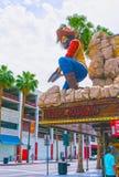 Лас-Вегас, Соединенные Штаты Америки - 7-ое мая 2016: Люди идя на улицу Fremont Стоковые Изображения RF