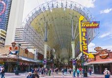 Лас-Вегас, Соединенные Штаты Америки - 7-ое мая 2016: Люди идя на улицу Fremont Стоковая Фотография