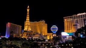 Лас-Вегас, США-ноябрь 07,2017: Казино гостиницы Лас-Вегас Парижа неоновых свет ночи акции видеоматериалы