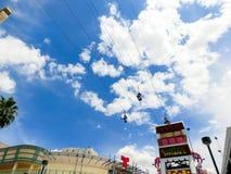 Лас-Вегас, США - 7-ое мая 2016: Люди ехать на SlotZilla промелькивают линию привлекательность на опыте улицы Fremont стоковая фотография