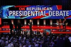 ЛАС-ВЕГАС, NV, 15-ое декабря 2015, Wolf Blitzer и пустые подиумы на дискуссии CNN республиканской президентской на венецианских к стоковое изображение