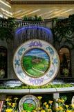 ЛАС-ВЕГАС, NV - 13-ОЕ ИЮНЯ 2017: Фонтан лобби гостиницы с красивым дисплеем цветка Стоковые Фотографии RF