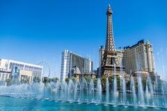 Лас-Вегас, NV, США 09032018: сногсшибательный взгляд гостиницы Парижа в свете дня во время выставки фонтана bellagio стоковое фото