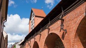Латвия, Рига городище с башней на фоне облачного неба, зажимом ` s Ramer промежутка времени видеоматериал