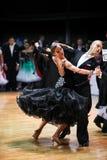 ЛАТВИЯ, РИГА: Пара танца выполняет взрослую стандартную программу на ба Стоковое Изображение