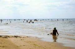 Латвия, Jurmala Отдохните на пляже залива Риги Стоковое Изображение