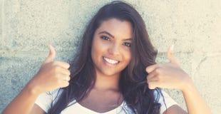 Латино-американская женщина показывая оба большого пальца руки вверх в винтажной ретро уборной Стоковая Фотография