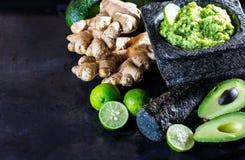 Латино-американское мексиканское гуакамоле с имбирем авокадоа, известкой в каменном миномете Стоковые Изображения