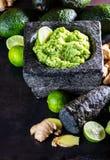 Латино-американское мексиканское гуакамоле с имбирем авокадоа, известкой в каменном миномете Стоковые Изображения RF