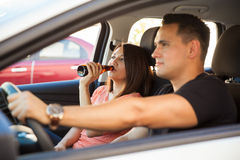Латинские пары выпивая в автомобиле Стоковая Фотография