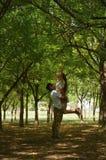 Латинские предназначенные для подростков пары с эмоциями, outdoors Стоковая Фотография