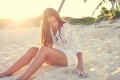 Латинский красивый заход солнца девушки в карибском пляже Стоковое Изображение